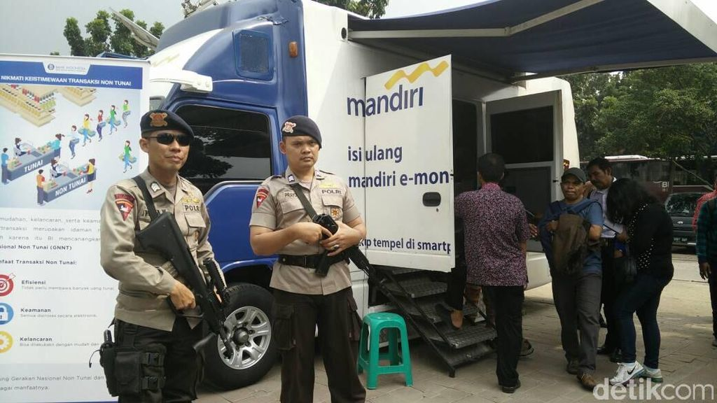 Polisi Bersenjata Laras Panjang Jaga Penukaran Uang di Monas