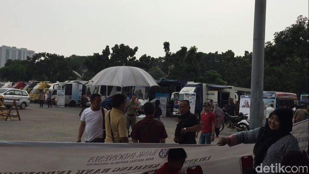 Monas Hujan, Warga Tetap Antre Tukar Uang Receh