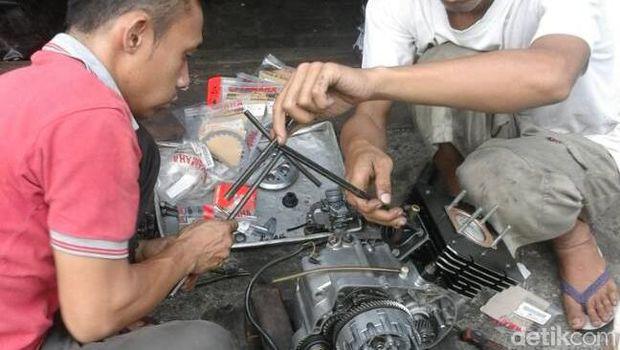 Proses bedah motor RX King Hermanto