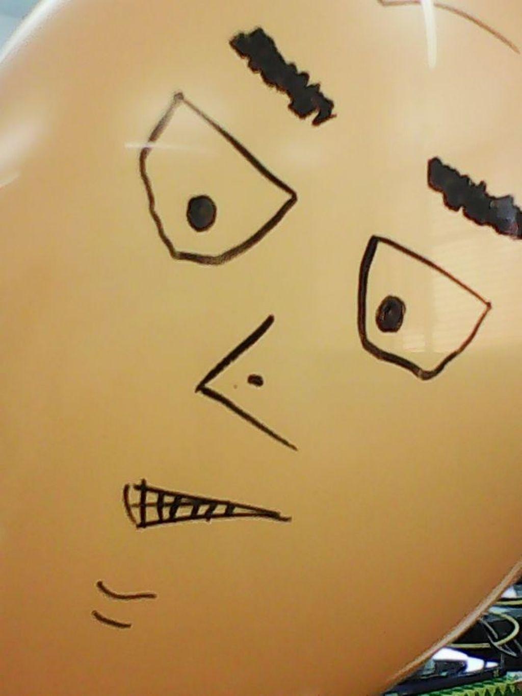 Pada aslinya foto balon ini memiliki warna oranye yang terang. (Foto: Dok. Techradar)