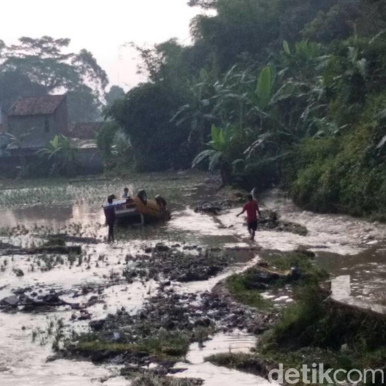Banjir Garut Surut, Sebuah Mobil Ditemukan Terbalik di Tengah Sawah