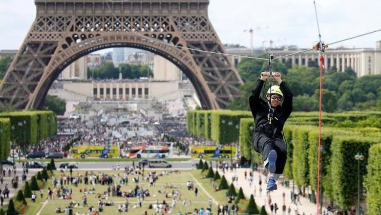 Foto: Flying fox Menara Eiffel di Paris (REUTERS/Charles Platiau)