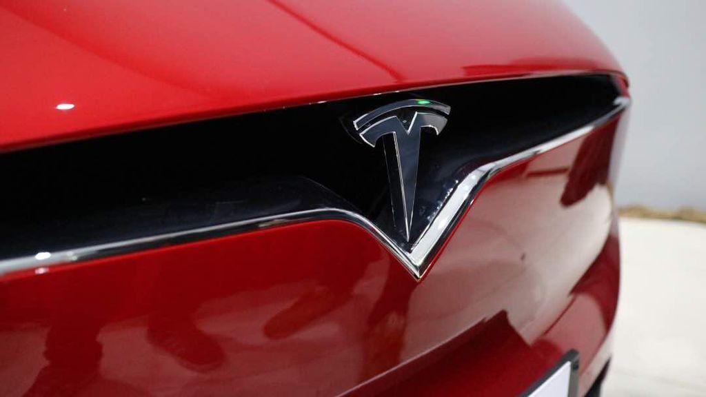 Tesla Pecat Ratusan Karyawan