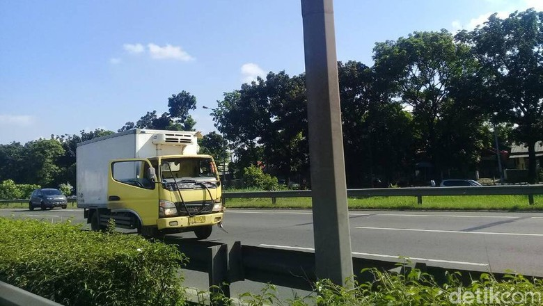 Kecelakaan Truk di Tol JORR Dekat TMII, Lalin Macet 1,5 Km