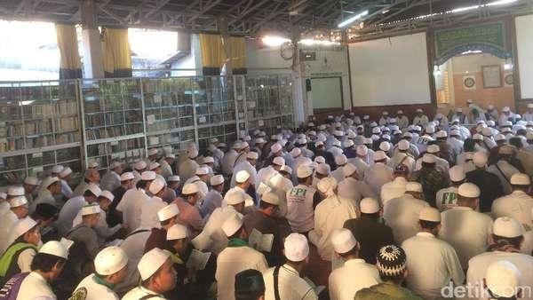 Massa di Kantor FPI Antusias Simak Telepon Habib Rizieq dari Saudi