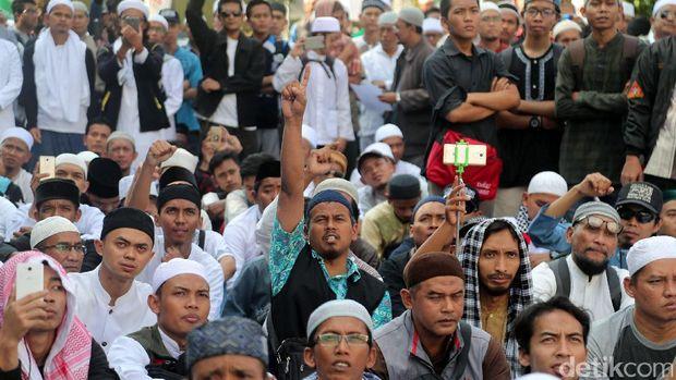 Penampakan Aksi Bela Ulama di Luar Masjid Istiqlal