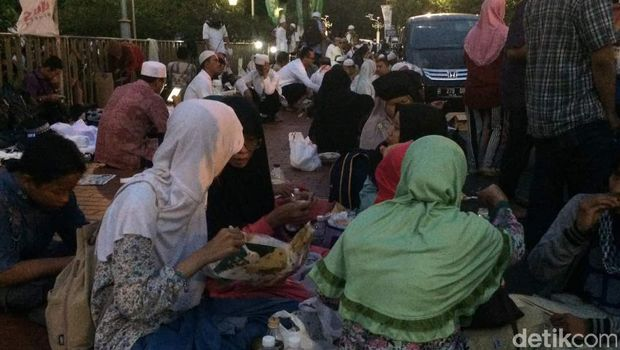 Massa Aksi Bela Ulama 96 Berbagi Takjil di Halaman Masjid Istiqlal