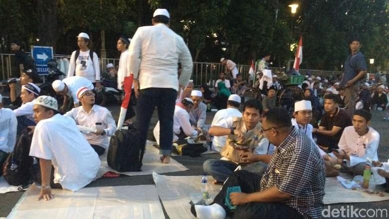 Massa Aksi Bela Ulama 96 Berbagi Takjil di Halaman Istiqlal