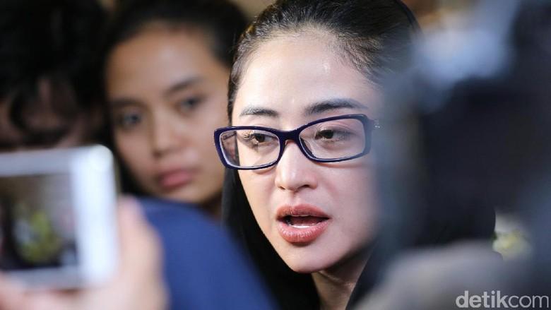 Silahkan Saja Dewi Persik Lapor - Jakarta PT Transportasi Jakarta mempersilahkan pedangdut Dewi Persik melapor ke polisi atas keributan yang terjadi antara pihak Dewi