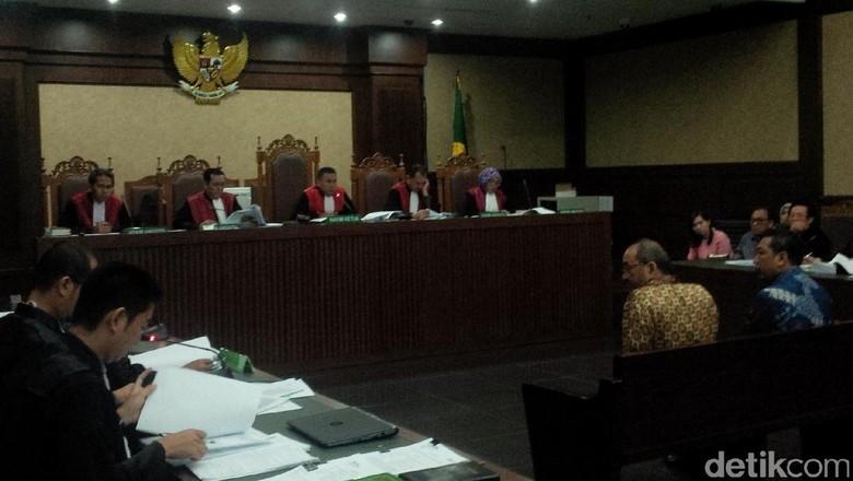 Saksi Dicecar soal Sewa Hotel yang Dipakai Patrialis di Batam