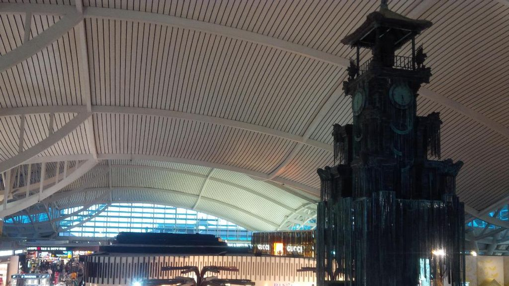 Foto: Menara Jam Baru Hiasi Bandara Ngurah Rai Bali
