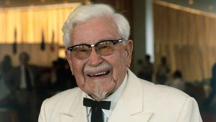 Colonel Harland David Sanders, tokoh dibalik waralaba bisnis ayam goreng Kentucky Fried Chicken (KFC) meninggal karena pneumonia akibat leukemia akut yang dideritanya.  (Foto: Getty Images)