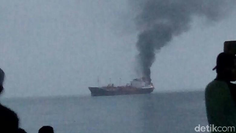 Kapal Pengangkut LPG Terbakar Dekat Pelabuhan Paotere Makassar