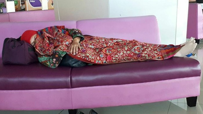 Foto Mensos Khofifah Indar Parawansa Tidur di Bandara (Foto: Instagram)