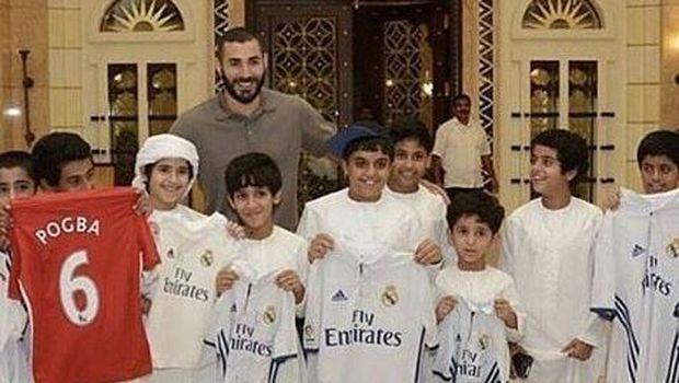 Benzema bersama fans ciliknya saat berlibur di Dubai
