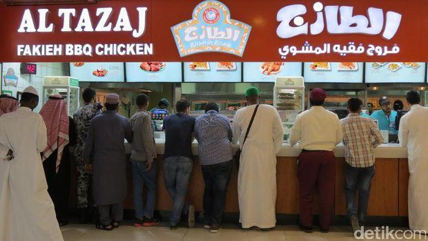 Pembeli yang mau makan ayam Al Tazaj (Fitraya/detikTravel)