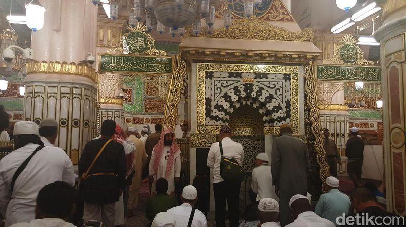 Raudhah adalah tempat istimewa di Masjid Nabawi, Madinah, Arab Saudi. Dalam salah satu hadits disebutkan bahwa Raudhah adalah taman surga (Fitraya/detikTravel)