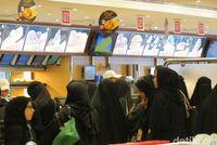 Antrean perempuan yang mau makan ayam Al Baik (Fitraya/detikTravel)