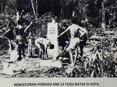 Ini Foto Saat Tugu Perbatasan Indonesia-Papua Nugini Dibuat Tahun 1967