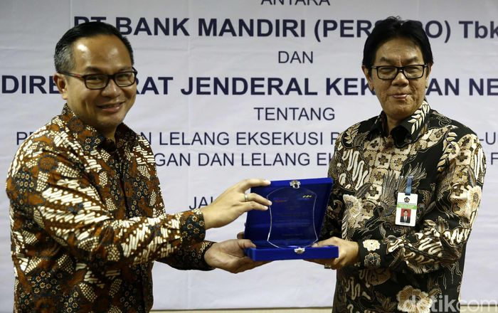 Dirjen Kekayaan Negara Sony Loho dan Direktur Utama Bank Mandiri Kartika Wirjoatmodjo tengah berbincang usai penandatanganan MoU di Gedung Kementerian Keuangan, Jakarta, Jumat (16/6/2017).