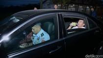 Momen Jokowi Buka Puasa Seadanya di Perjalanan Bersama Paspampres