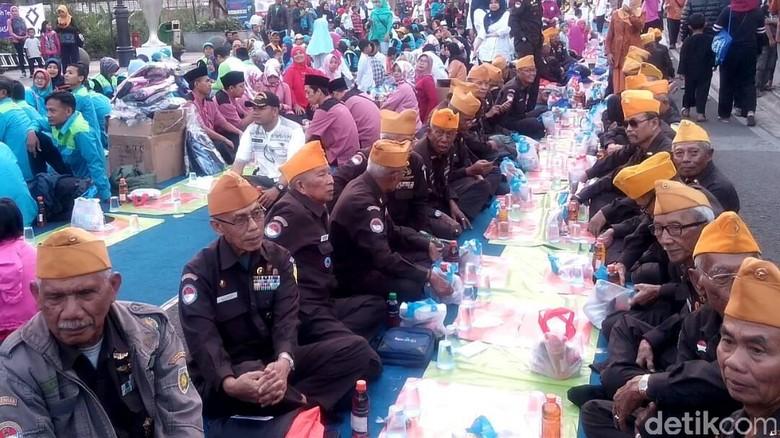 Meriahnya Buka Bersama Ribuan Warga di Jalan Asia Afrika Bandung