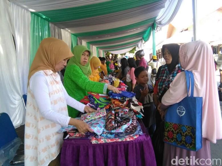 Duafa dan Srikandi Kuning Buru Baju Murah di Bazar Pemkab Garut