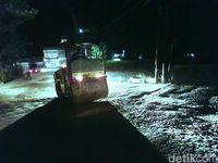 Perbaikan jalan berlubang di Kota Sukabumi jelang arus mudik Lebaran.