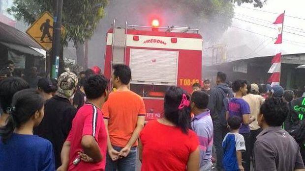 Bengkel dan dua kios terbakar di Jalan Kalisari, Jakarta Timur, Senin (16/9/2017)