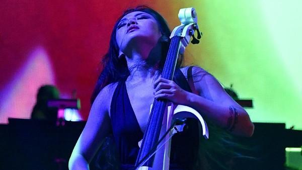 Zimmer: Tina Guo Memperlakukan Cello Seperti Pedang