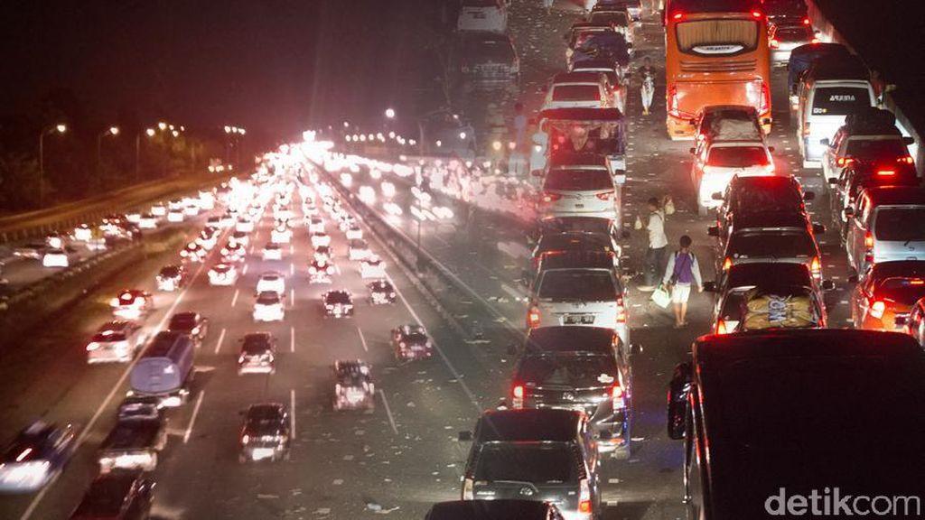 Ada Proyek LRT, Tol Cikampek Tersendat 7 Km Selama 6 Jam