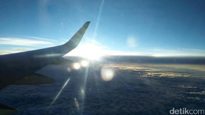 Sunrise dari jendela saat penerbangan pertama (Bonauli/detikTravel)
