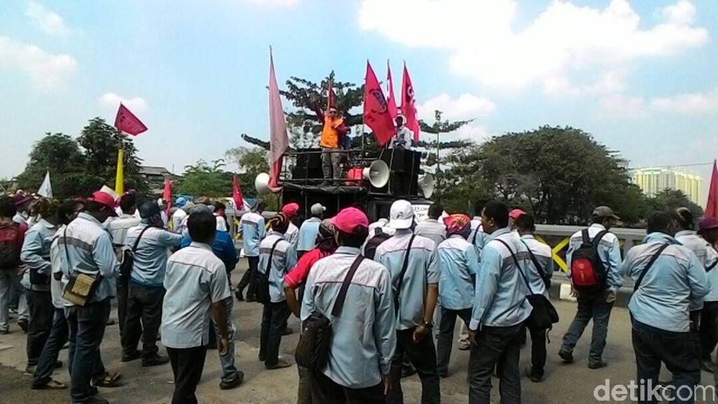 Seratusan Karyawan Kontrak Sopir Tangki BBM Pertamina Demo di Plumpang