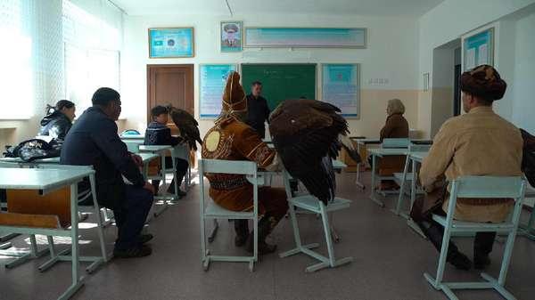Menilik Sekolah Berburu dengan Elang di Kazakhstan