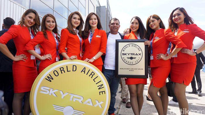 Para pramugari cantik foto bersama CEO Grup AirAsia Tony Fernandes usai menerima penghargaan sebagai maskapai berbiaya hemat terbaik dunia dari Skytrax di Le Bourge, Paris, Selasa (20/6/2017).