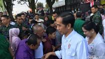 Jokowi Bagikan Paket Sembako ke Warga Sukabumi