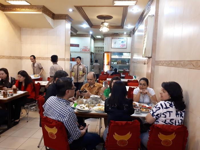 Restoran Sabana Nasi Kapau ada di Jalan Melawai Raya No. 21 A. Restoran ini sudah ada sejak tahun 1988.