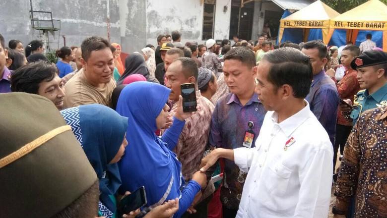 Saat Warga Salah Kira Tangan Jokowi Tak Sewangi Artis