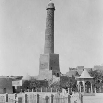 Masjid Al-Nuri dan menara Al-Hadba dalam foto yang diambil tahun 1932