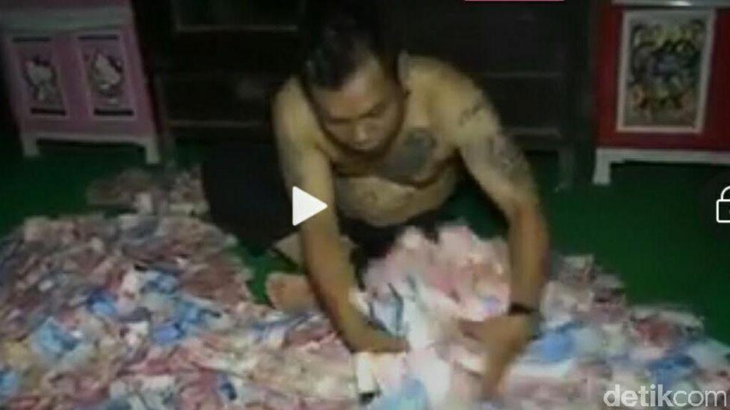 Kemungkinan Kondisi Kejiwaan di Balik Aksi Mandi Uang Kades di Mojokerto