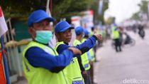 Melihat Aksi Puluhan Nelayan Bantu Atur Lalin Arus Mudik di Pantura