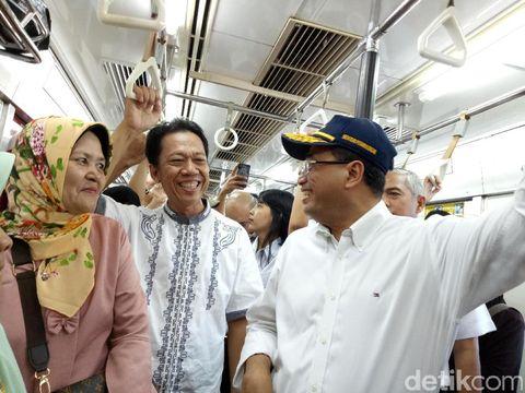 Menhub Budi Karya Sumadi mencoba aplikasi pemandu transportasi publik berbasis trayek Moovit.