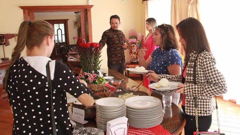 Lebaran, Saatnya Warga Ekuador Cicipi Opor Ayam Hingga Rendang