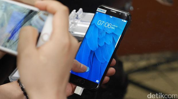Ponsel Vivo yang mengusung sensor sidik jari di bawah layar.