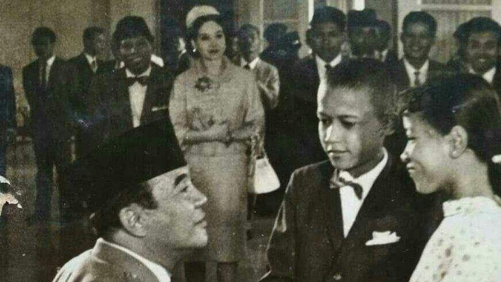 Heboh! Foto Obama Cilik Salaman dengan Soekarno