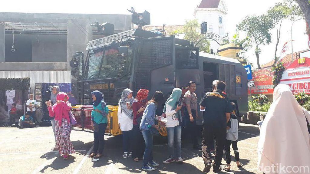Warga Serbu Open House HUT Bhayangkara di Polrestabes Surabaya