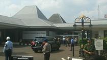 Obama Tiba di Bandara Halim, Disambut Gubernur Djarot