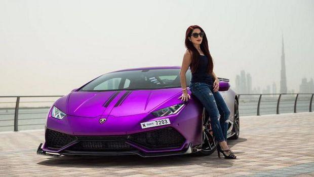 Wanita Muda Modif Lambo Huracan Sesuai dengan Warna Cat Kukunya