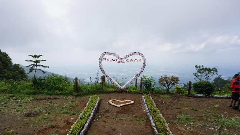 Limbah botol air mineral jadi instalasi bentuk hati di Basecamp Mawar Gunung Ungaran (Masaul/detikTravel)