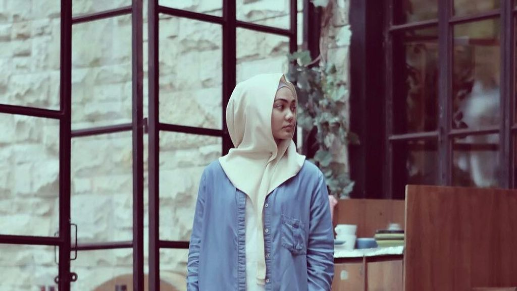 Foto: Ini Gaya Hijab Khas Rina Nose yang Jadi Tren